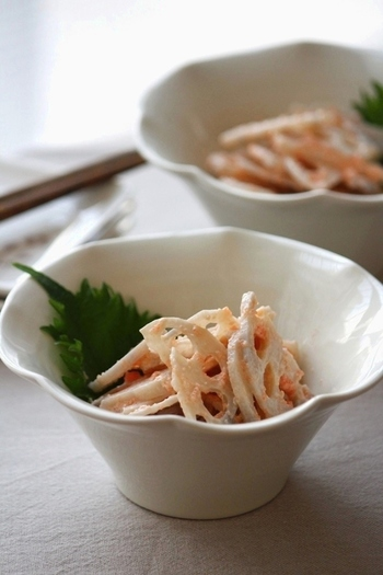 こちらは薄くスライスして茹でたレンコンを、タラコ+マヨネーズソースで和えた簡単サラダレシピです。レンコンはシャキシャキ感が残るように、さっと茹でることがポイント。シンプルな材料で手早く作れるので、お弁当の副菜にもおすすめです。
