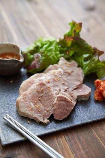 塩麹の効果で豚肉がジューシーに!旨味たっぷりの一品に。 こちらのレシピでは茹でていますが、漬け込んだお肉を1cm位に切って焼いても美味しく頂けます! 晩ごはんの一品に、お酒のおつまみに…いかがでしょう。