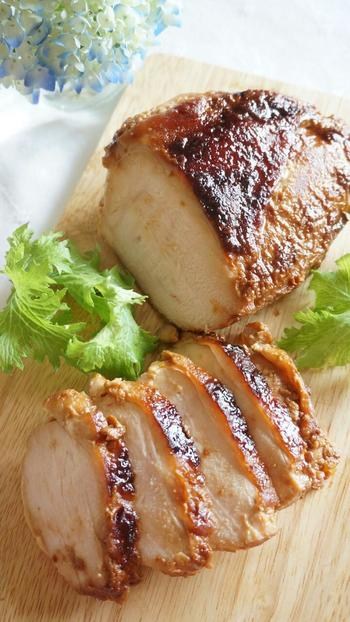 パサつきがちな鶏むね肉も醤油麹に漬けることで、驚くほどしっとり&ジューシーに仕上がります。味付けは醤油麹のみで、うまみたっぷり!コク深い味わいに…。味がしっかりと染み込んでいるので、お弁当のおかずにもぴったりです♪