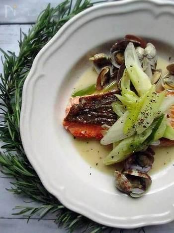 こちらは「鮭」を使ったアクアパッツァです。季節を問わず手に入りやすい素材なのが嬉しいポイント。切り身を使うので扱いやすく食べやすいです。レシピの特徴は、手作りのハーブオイルを使うこと。ひまわり油などのオイルに、ニンニクとローズマリーがあればできますよ。冷蔵庫で2週間程度保存もOK!オイルだけ先に作っておくと調理がスムーズに♪