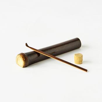 竹本来が持つ性質と、曲線を活かし作られた「煤竹耳かき 黒竹筒入り」。国産の竹を使用し作られています。
