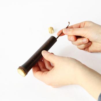 竹製品の良さを知り尽くした老舗が作った耳かきは、どこか凛とした佇まい。竹製のケースから取り出すとき、武士が刀をサヤから抜くときのような厳かな気持ちになります。