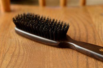 1718年に創業した日本橋の老舗「江戸屋」のヘアーブラシ。江戸刷毛の専門店として開業した後、明治時代からブラシを手掛けています。