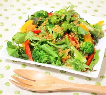 醤油麹、オリーブオイル、酢、はちみつ。シンプルな材料でコク深いドレッシングに! ブロッコリー、レタス、パプリカ…どんなお野菜とも相性抜群です。