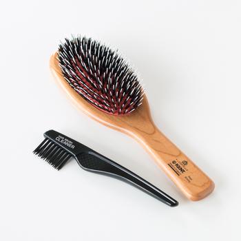 天然豚毛と、長さの異なるナイロンピンが、弾力のあるゴムクッションの土台についていて、髪と頭皮に心地よい刺激を与えてくれます。木製のハンドルが温かみのある印象。クリーニングブラシが付属しているから、ブラシのメンテナンスもできます。