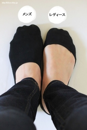 履いて歩くだけで、さっそく脱げて、靴の中でくるくると丸くなってしまうカバーソックス。 メンズはサイズが大きめのため脱げないんですね。  固定概念を捨ててみるって面白い。 メンズものを上手に取り入れて、プチストレスをなくしましょう。