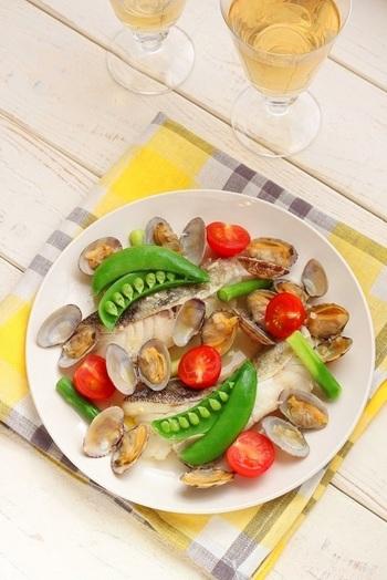 こちらのアクアパッツァの野菜には、ミニトマトのほかに、アスパラガスとスナップエンドウが加勢。魚には「真たら」を使用しています。野菜は最後のステップで加えましょう。鮮やかなグリーンが料理を引き立てていますね♪