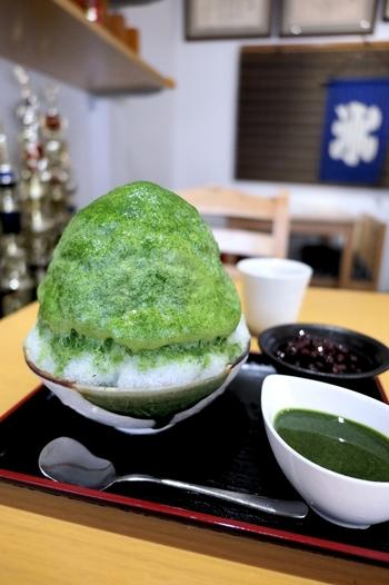 こちらは人気の「微糖抹茶あずき」。緑が鮮やかなインパクトのある外見で、ふわふわの氷の上に宇治抹茶のエスプーマがかかっています。濃厚な抹茶の苦味と、自家製ゆで小豆の甘さの組み合わせを楽しんでください。