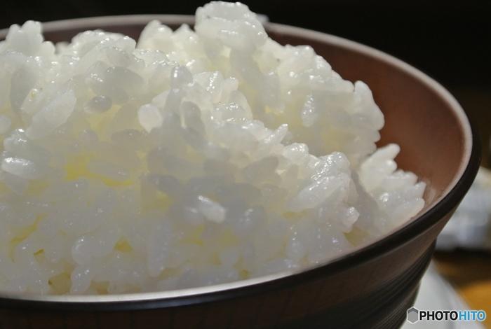 お米の保存期間ですが、野菜などと同じように一度精米してしまったお米は、時間の経過とともに味が落ちてきてしまいます。、出来れば、適量をこまめに購入することが美味しく食べる秘訣。冬場なら2ヶ月以内、春秋なら1ヶ月、暑い夏場は2週間以内に食べきれるくらいの量を購入されることをおすすめします。 精米したお米を常温で長い期間保存しておくと、精米したての時のような甘みが出なくなり、どうしても炊き上がり具合が硬めに感じてしまうことも…。 お米をより美味しく頂くためにも、保存期間を意識してみて下さいね!