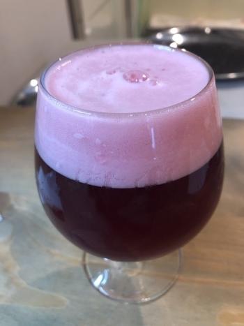 ビールを飲む機会があまりない方にもおすすめなのが、カシスとオレンジを使ったドライなフルーツエール「紅をさす」です。ワインレッドが美しく、ほのかな苦みの中にカシスとオレンジの香りと甘酸っぱさが感じられます。