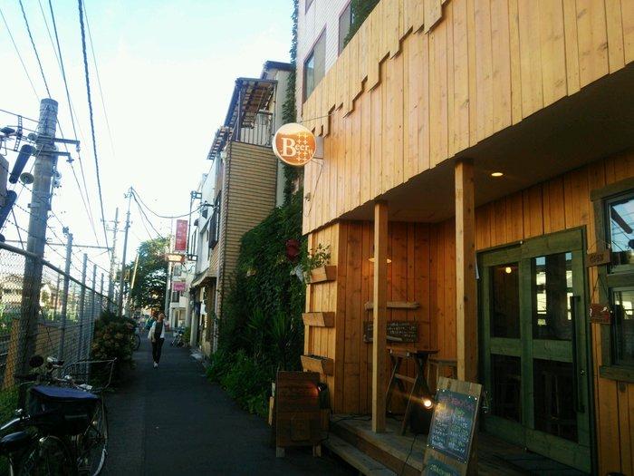 JR埼京線の十条駅から線路沿いの3~4分歩くと見えてくる「Beer++(ビアプラスプラス)」は、一軒家をリノベーションしたログハウス風のブルーパブ。水質分析や野菜の水耕栽培を手掛ける会社が母体となり、個性豊かでおいしいクラフトビールやお料理が味わえます。