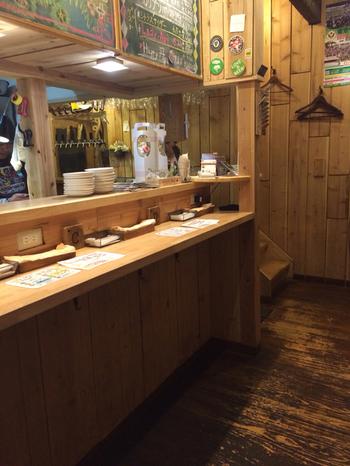 1階は立ち飲みスペースで、注文ごとにお支払いするシステムなので、お仕事帰りに気軽に1杯飲みたいときにもおすすめ。この奥でビールの醸造も行っているんですよ。