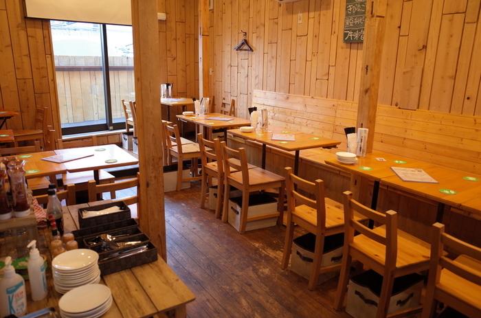 2階はテーブル席。木造家屋の柱や梁はそのまま残したくつろげる空間で、カジュアルな雰囲気が魅力です。