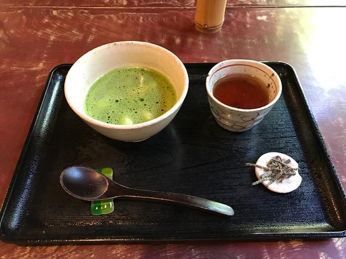 「古桑庵風抹茶白玉ぜんざい」は粒餡と白玉が入っていて、抹茶と同時にその美味しさを楽しむことができます。窓際の席からは見事なお庭も見渡せます。古桑庵ならではの雰囲気の中で、素敵なひとときを過ごしてください。