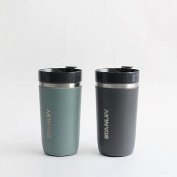 """水筒でもご紹介した「STANLEY(スタンレー)」のタンブラーです。""""GOシリーズ""""は、ステンレスにアクリル樹脂塗膜加工を施した最先端テクノロジーを採用。真空断熱二重構造により飲み物の味や香りを損ないません。"""