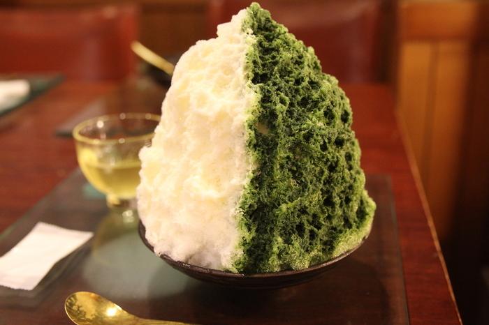 かき氷は例年7月中頃~9月中頃まで。こちらは「かき氷(おまかせ)」。中には、餡、白玉、栗、葛餅、饅頭などが入っていて、和菓子好きにはたまらない宝探しのような楽しさを味わえる一品です。中に入っている具は、「おまかせ」の名の通り、日によって少し異なるのも楽しいポイント。氷と濃厚な抹茶シロップと練乳のバランスも抜群です。
