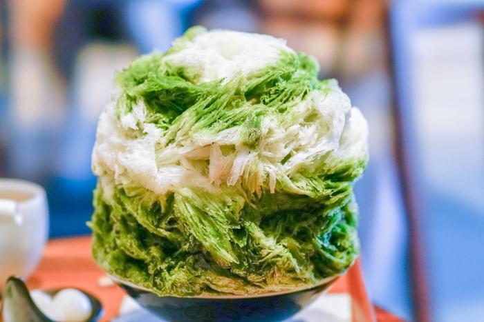 そんな「茶寮 つぼ市製茶本舗 浅草店」でいただけるかき氷がこちら♪人気の「抹茶ミルク金時」は、抹茶の濃い緑と、どっしりとした見た目が印象的。一口食べれば一瞬でふわりと口の中で溶けていく軽やかさ。最後まで美味しくお茶の風味を楽しめます。