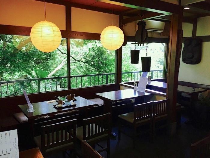 神奈川県の葉山にある「日の出園」は、地元に根ざしたお茶屋さん。こちらでは、6月〜9月までの間かき氷を楽しむことができます。店内からは外の緑が眺められ、とても落ち着く雰囲気です。