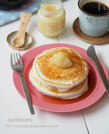 小麦粉の代わりに米粉を使ったパンケーキは、もちもちとした食感です。さらに、牛乳の代わりにアーモンドミルクや豆乳を使えば優しい風味に。