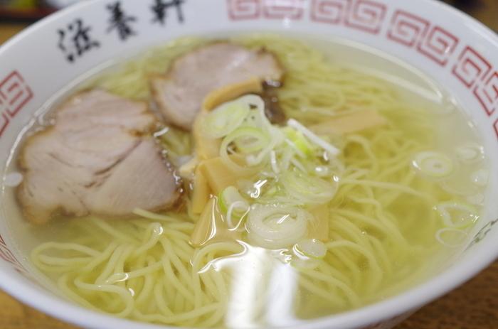 ◆「滋養軒」◆ こちらも、函館駅から歩ける距離にある、函館ラーメンで有名なお店。昭和22年創業でずっと地元から愛され続け、よく行列ができる人気店です。  お目当ては、こちらのシンプルな塩ラーメン。ストレートの自家製麺、そして透き通ったスープが美味しいと評判。