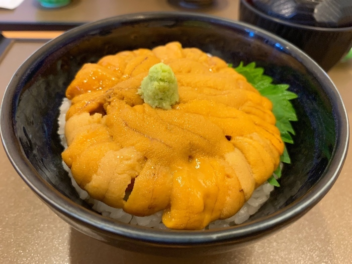 ◆「うに むらかみ 函館本店」◆ 函館朝市の奥の方にある「うにむらかみ」は、新鮮なウニを思いっきり楽しみたい方におすすめ。函館駅からも、赤レンガ倉庫からもだいたい徒歩約5分という、好アクセスな場所に位置しています。観光での散策途中に立ち寄りやすいのがうれしいですね。店内にはウニやホタテなどの貝類が入った大きな生簀を楽しめますよ。  「うに むらかみ」の名物は、すべてがウニの「うに丼」!ミョウバン不使用の、無添加のウニを堪能することができますよ。ウニ本来の甘みを楽しむことができ、もともとウニが苦手だった方も美味しいと感じられるほど。お値段は普段の食事と比べると高く感じるかもしれませんが、それ以上の価値がある一品です。