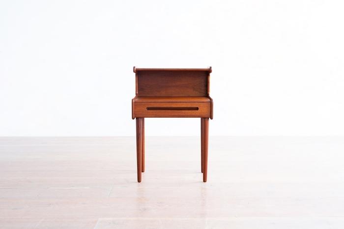 ■北欧ヴィンテージのナイトテーブル シンプルながらきちんと存在感を発揮するのが北欧ヴィンテージの良いところ。引き出しや棚板が付いていると、機能的かつコンパクトな収納が叶います。