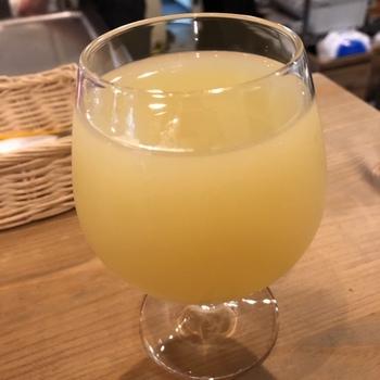 こちらは、青森県産のリンゴ果汁を白ワイン酵母で発酵させ、シナモンスティックを漬けこんで香りを移した「風薫る」。甘い香りですがキレのある喉ごしが特徴です。