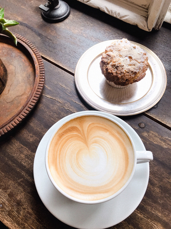 オーナー自ら生豆を買い付けて焙煎も行うというこだわりのコーヒーは、豆の味がしっかりと感じられます。コーヒーに合うマフィンは、奥さまが手作りしているそう。しっとり素朴な味わいは、テイクアウトしておうちでも味わいたいですね。