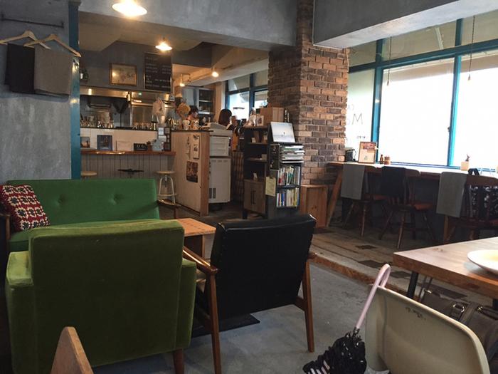 """""""お茶とコーヒーを空間とともに楽しんでほしい""""という想いが込められたお店は、ゆったりとしたソファ席など、お友だちのおうちに遊びにきたような居心地の良さが魅力です。"""