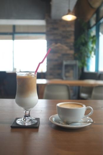 オーナー自ら国内・海外のロースターに出向いて選んだこだわりのコーヒー豆を使用。週替わりのエスプレッソコーヒーや、ケニアやホンジュラスのスペシャルティコーヒーなど、贅沢な時間を運んでくれます。