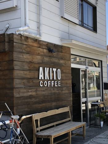 甲府駅から5分ほどのところにある「AKITO COFFEE(アキト コーヒー)」は、2階建ての古民家をリノベーションしたお店で、入口のロゴが目印です。