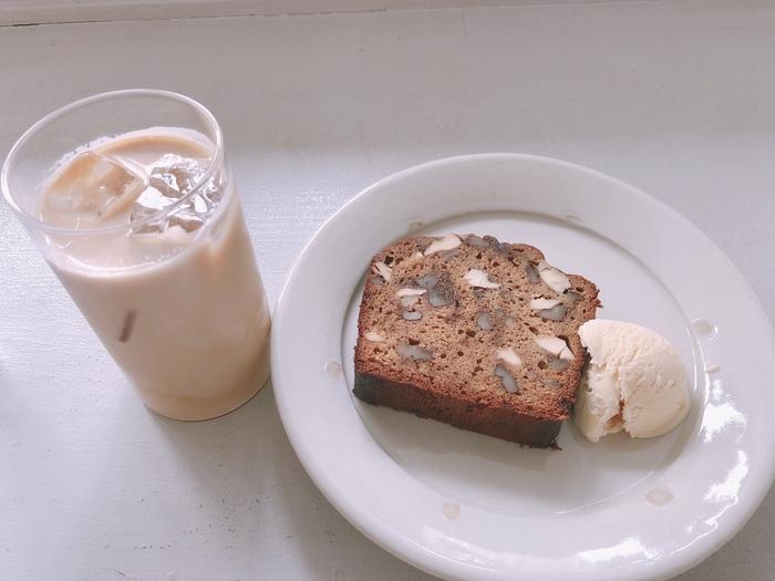 ミルクのコクがまろやかなラテとパウンドケーキの組み合わせは、相性抜群。きっとお気に入りになるステキなカフェです。