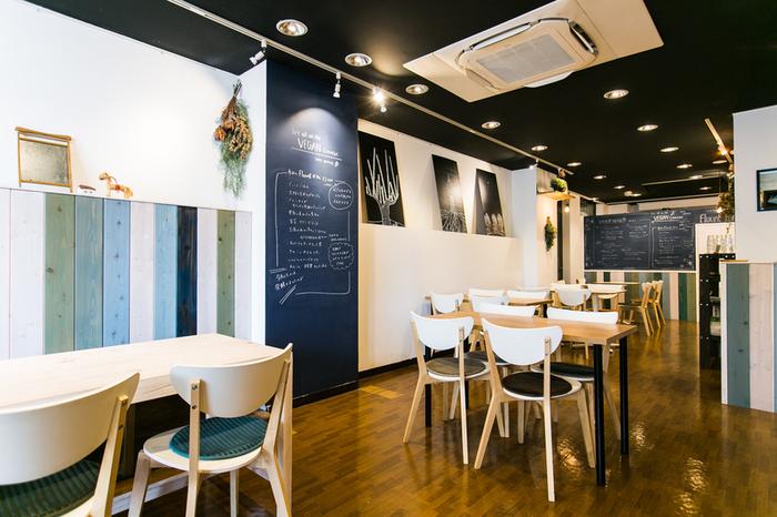 北欧風のおしゃれな店内は、スペースにゆとりがあり、ゆったりとランチやカフェタイムを楽しめます。黒板に描かれたメニューもかわいらしいんですよ。