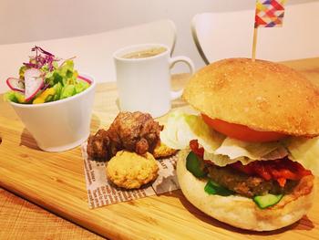 ハンバーガーも100%植物性。バンズは、県内にある勝沼パンテーブルのものを、パティは大豆を使っています。新鮮なお野菜とパティ、手作りソースのバランスが絶妙です。