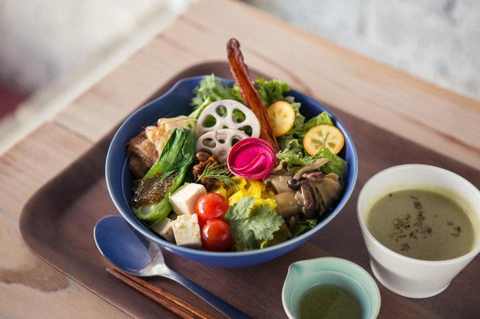海外で人気のブッダボウル(buddha bowl)をアレンジした「フルウントボウル」は、旬のお野菜と話題のスーパーフードをたっぷり使ったデリを贅沢にのせたベジタブル丼です。ヘルシーなのに食べごたえがあり、これを食べにわざわざ訪れる方もいるほど。