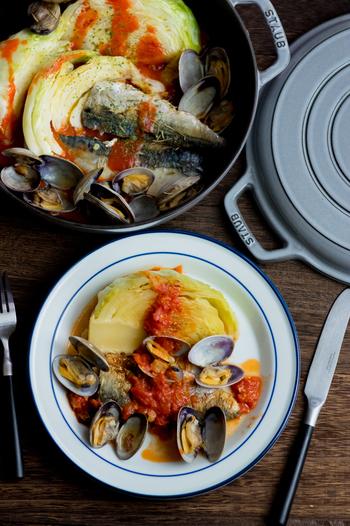 こちらのアクアパッツァは「STAUB(ストウブ)」の「スキヤキ&グリルパン」で作っています。手順は、フライパンと同じように焼いてから蒸し焼きにすればOK。フタを取って弱火で水分を飛ばしたら完成です。お魚には「塩サバ」を使用。たっぷりのキャベツと一緒に召し上がれ♪