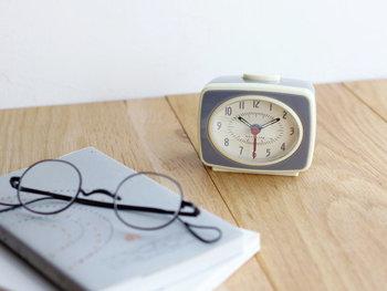■KIKKERLAND(キッカーランド)CLASSIC ALARM CLOCK 寝室のアクセントになる、ヴィンテージ感漂う目覚まし時計です。針に夜光塗料が塗ってあるので、夜の暗闇でも時間をしっかり確認できますよ。