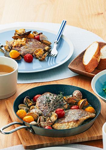 こちらは、オーブン調理可能の「グリルパン」と「オーブン」で作る鯛のアクアパッツァです。まず、鯛や野菜をグリルパンで焼いてから、水分を入れたあとにオーブンに入れます。200度で約12分焼けば完成。味付けに、塩こうじを使っているところも特徴です♪