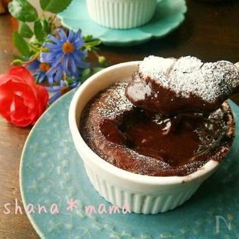 みんな大好きなフォンダンショコラがトースターで作れてしまうレシピ。チョコレートを溶かす工程もレンジ加熱なのであっという間にできあがります。さっと作ってアイスコーヒーと一緒にどうぞ♪