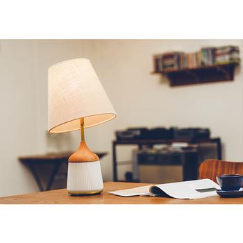 ■Valka Table Lamp ガラスとウッド、ファブリックの異素材を組み合わせた、温かみのあるテーブルランプ。シェードの角度が自由に変えられ、思いのままに光を調節できます。