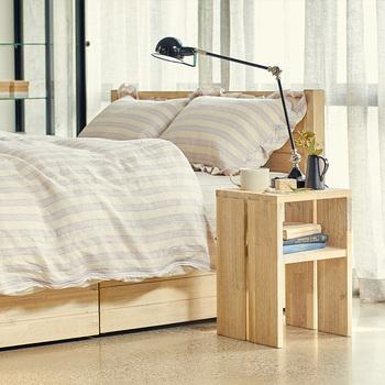 ■MANOA(マノア)サイドテーブル アカシア無垢材の風合いを活かした、ナチュラル感たっぷりのサイドテーブルです。ラフな佇まいが普段使いにちょうど良く、リラックスしたい寝室のイメージにぴったり。