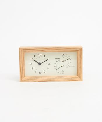 ■LEMNOS FRAME湿温時計 時間だけでなく、温度と湿度も一緒に確認できるので寝室にぴったりの時計。フレームのウッドはオイル塗装がされており、使い込むほど味わい豊かに。他のインテリアの邪魔をすることなく、飽きずに長く使えそうです。