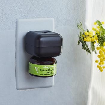 こちらはコンセントに挿して使う、プラグタイプのオイルディフューザー。リビングなど、広い場所でもさわやかな香りが満ちわたりそう。虫が嫌うシトロネラ、ペパーミント、ティーツリーなどの精油成分だけでなく、すべての成分が食品にも使用できるグレードのものを使用。安心してお使いいただけます。