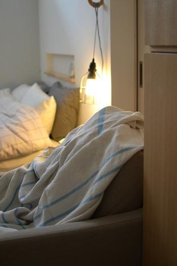 リラックスできる寝間着や肌触りの良い寝具はもちろん、良質な睡眠を得るためには、寝る環境を整えることも大切です。中でもベッドサイドをお気に入りで揃えれば、グッと快適度が増しますよ。