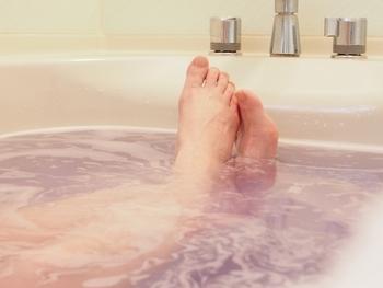 湯船にゆっくりと浸かれる時には、少し温まったら足首を湯船の中で片足1分づつブラブラ。その後に、肩に手を乗せて10回クルクルと回すと、リンパの流れが活発になります。