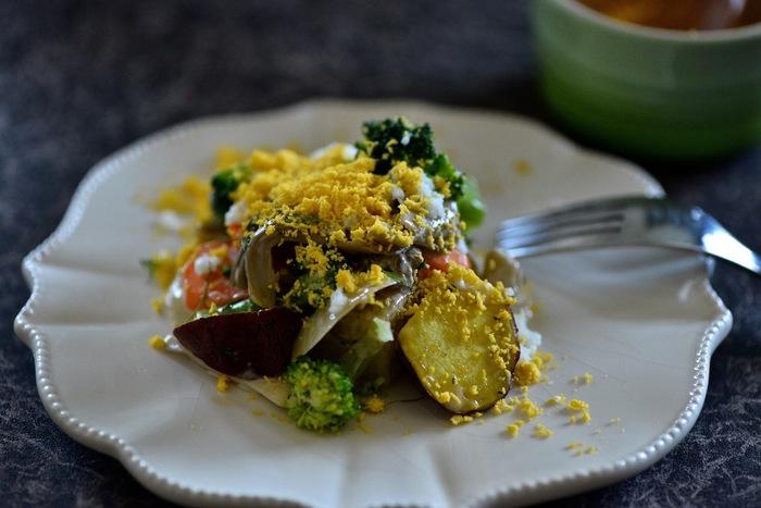 こちらのサラダはご飯を炊飯器で炊く時に、野菜を一緒に茹でてしまうという一石二鳥なレシピ。お米の上にアルミで包んだ野菜を乗せるだけOKなんです。オーロラソースにパセリとディルを加えた風味豊かなソースで絡め、潰した卵の黄身を散らしたらおしゃれな一皿に!