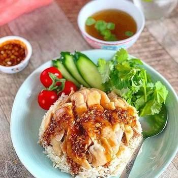 カオマンガイは、タイで人気の、蒸し鶏とごはんのシンプルな料理。ジューシーな鶏肉に、ナンプラーをきかせたタレが食欲をそそります。タイの香り米、ジャスミンライスで作るともっと本格的な味に。