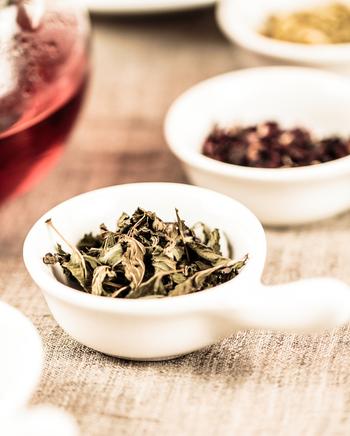 この時に、飲み終わったハーブティーの茶葉を袋に入れてバスハーブとして再利用したり、お気に入りのアロマオイルを数滴垂らすと、よりリラックス効果が期待できます。後は、足湯と同様の方法で保湿してくださいね。