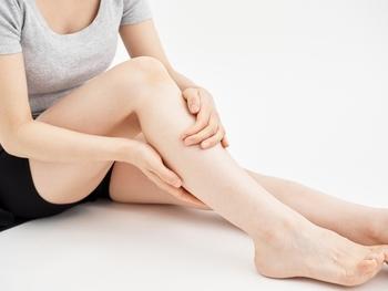 マッサージと言っても、保湿オイルやクリームを塗る時にかかとから膝の裏に向けて軽くなでる様にするだけで、リンパ流れが良くなります。痛いと思うほど押す必要はなく、軽くなでる程度で十分なので、毎日ちょこっとマッサージしてあげてくださいね。