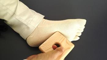 多くのツボが集まる足の裏。ツボを刺激することで、体全体の血流が良くなります。木製ならではの温かみがあるこのアイテムは丸く空いた穴に指が入るので、力を入れなくても使える優れものです。